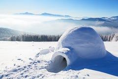 Иглу дом изолированного туриста стоит на горе Стоковые Изображения RF