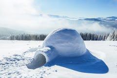 Иглу стоит на высокой горе Стоковая Фотография