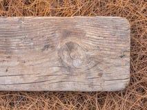 Иглы сосны и старая доска Стоковое Изображение