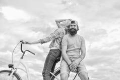 Идеи даты Пары с предпосылкой неба даты велосипеда романтичной Велосипед ренты человека и женщины для того чтобы открыть город со стоковая фотография rf