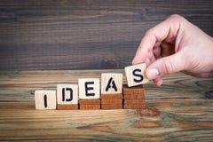 Идеи Деревянные письма на предпосылке стола офиса, информативных и связи Стоковое Изображение