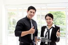 Идеи, сыгранность и люди дела Человек и женщины показывая большие пальцы руки вверх в офисе стоковая фотография rf