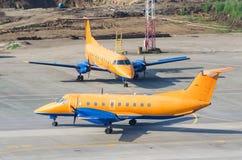 2 идентичных воздушного судна припаркованного на авиапорте Стоковое фото RF
