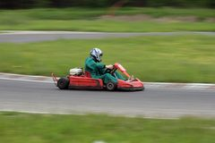идет гонка kart Стоковые Фотографии RF