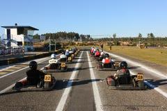 идет гонка karts решетки Стоковые Фотографии RF