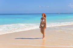 идет грациозно детеныш женщины берега океана Стоковые Фотографии RF