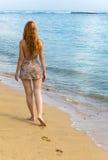 идет детеныш женщины берега океана Стоковая Фотография RF