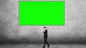 Идея бизнесмена думая около афиши акции видеоматериалы