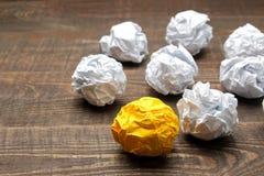 Идея концепции творческая Концепция творческой идеи Шарики скомканной бумаги метафора, воодушевленность стоковое изображение rf