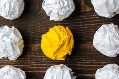 Идея концепции творческая Концепция творческой идеи Шарики скомканной бумаги метафора, воодушевленность стоковое фото rf