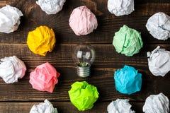 Идея концепции творческая Концепция творческой идеи Шарики скомканной бумаги и электрической лампочки метафора, воодушевленность стоковые фотографии rf