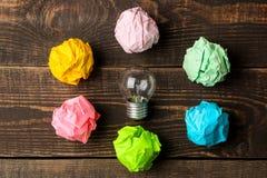 Идея концепции творческая Концепция творческой идеи Шарики скомканной бумаги и электрической лампочки метафора, воодушевленность стоковая фотография rf