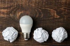 Идея концепции творческая Концепция творческой идеи Шарики скомканной бумаги и электрической лампочки метафора, воодушевленность стоковое фото rf