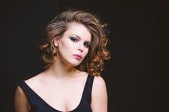 Идея макияжа для элегантного обмундирования Привлекательная элегантная дама с закоптелым макияжем глаз и розовой губной помадой П стоковые изображения