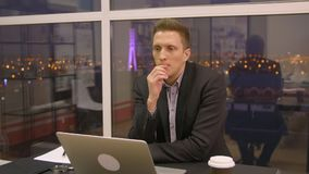 идея новая Заинтересованный серый с волосами человека траты времени офис самостоятельно с ноутбуком, мыслью и полученной идеей видеоматериал