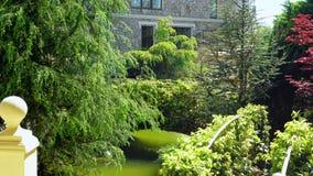 Идея проекта ландшафта Пышный сад с деревьями и красочными заводами во дне лета солнечном стоковые изображения rf