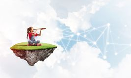 Идея связи интернета детей или онлайн играть и родительского управления Стоковые Фото
