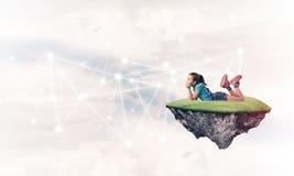 Идея связи интернета детей или онлайн играть и PA Стоковые Фото
