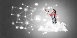Идея связи интернета детей или онлайн играть и PA Стоковое Изображение