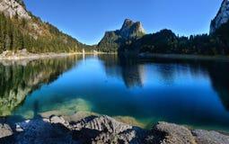 Идилличная сцена осени в Альпах с отражением озера горы Стоковая Фотография