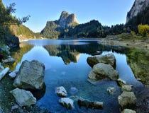 Идилличная сцена осени в Альпах с отражением озера горы Стоковое Изображение