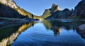 Идилличная сцена осени в Альпах с отражением озера горы Стоковые Фотографии RF