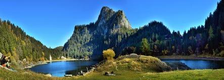 Идилличная сцена осени в Альпах с отражением озера горы Стоковые Фото