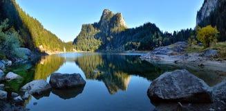 Идилличная сцена осени в Альпах с отражением озера горы Стоковое Фото