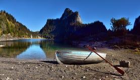 Идилличная сцена осени в Альпах с отражением озера горы Стоковые Изображения RF