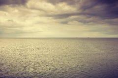 Идилличная съемка горизонтальных морской воды и неба Стоковые Изображения