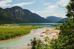 Идилличный ландшафт горы с рекой и горами на заднем плане стоковое фото rf