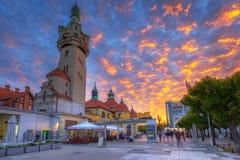 Идилличный пейзаж главной площади в городе Sopot на заходе солнца стоковая фотография rf