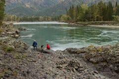 Идите вдоль банков реки Katun o Стоковое фото RF