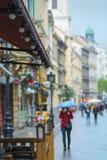 Идите дождь на улице города, персоне получает холод Стоковое фото RF
