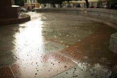 Идите дождь падения на вымощая плитках на улице Стоковое Изображение