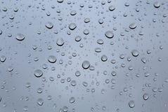 Идите дождь падения на стекле на ненастной погоде Стоковая Фотография