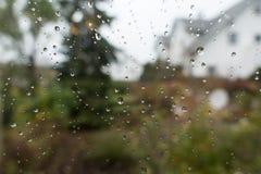 Идите дождь падения на стекле окна с взглядом к сельской местности Стоковые Фотографии RF