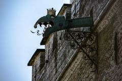 Идите дождь сточная канава украшенная с головой горгульи дракона на ратуше Таллина стоковые фотографии rf