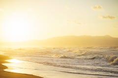 Идите на пляж во время красивого волшебного захода солнца Стоковые Изображения