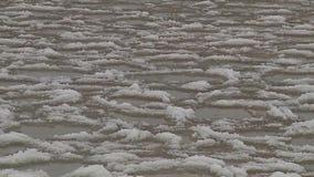 Идите снег и заморозьте на поверхности воды акции видеоматериалы