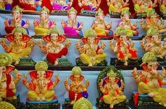 Идолы модельного гипса и глины лорда Ganesha для надувательства на Пуне, махарастры, Индии стоковые фото