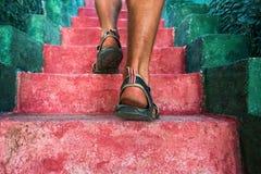 Идти вверх: взгляд конца-вверх ног человека Стоковая Фотография RF