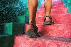 Идти вверх: взгляд конца-вверх ног человека Стоковое Фото