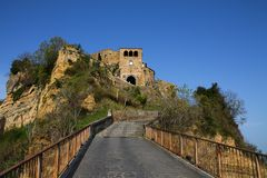 Идти вверх к Civita di Bagnoregio стоковые фото