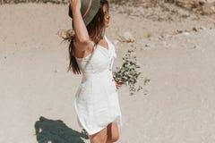 Идти вдоль диких растений рудоразборки пляжа стоковые изображения