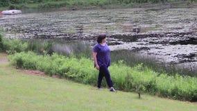 Идти вдоль края озера акции видеоматериалы