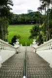Идти вниз с парадной лестницы стоковое фото