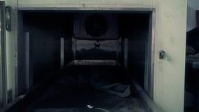 Идти вокруг покинутых руин здания видеоматериал