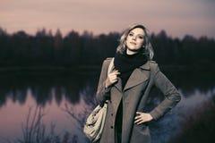 Идти женщины счастливой молодой моды белокурый внешний стоковое фото rf
