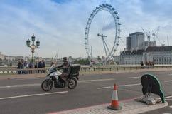 Идти и движение туристов на мосте Вестминстера Стоковые Изображения